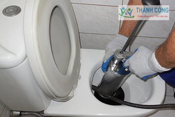 Dùng máy bơm áp lực nướccs