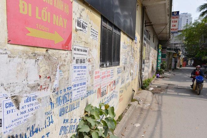 Quảng cáo và dán tờ rơi khắp các con phố